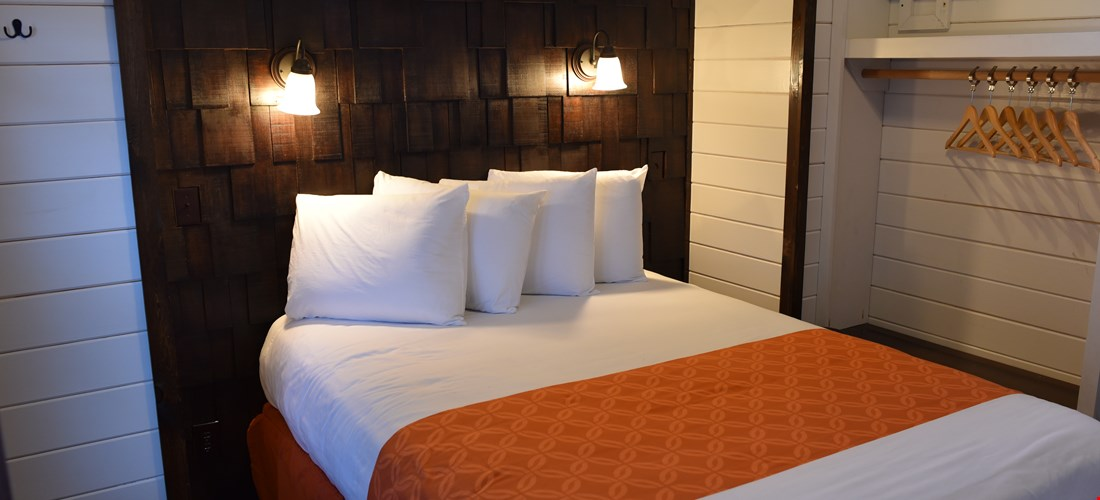 Queen Bedroom in Deluxe Cabin 200
